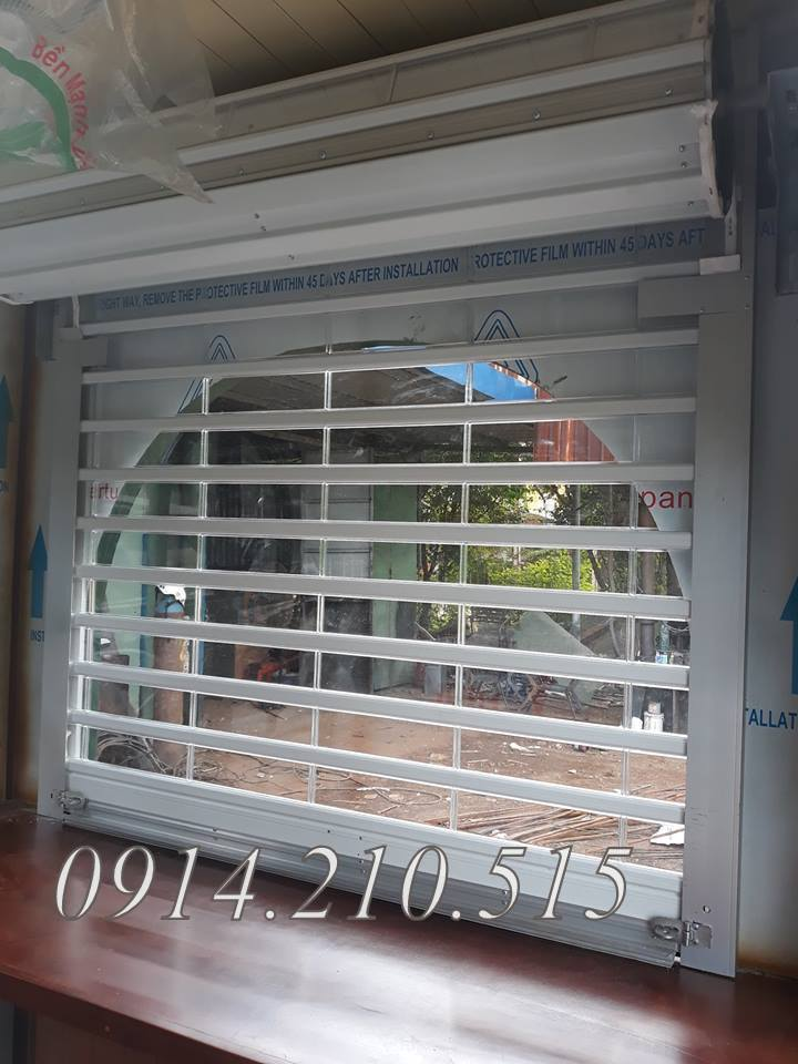 Cửa cuốn trong suốt Polycarbonate kéo tay